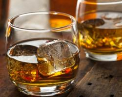 pahar cu whiskey